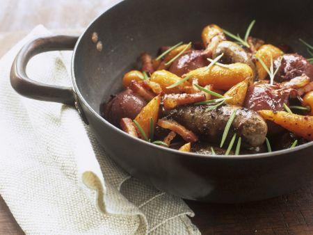 Möhren-Würstl-Topf mit roten Zwiebeln