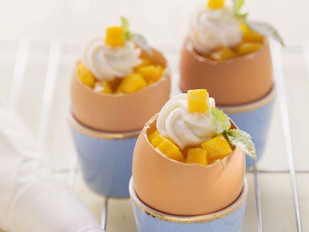 Möhrenkuchen im Ei mit Mango und Quarktuff