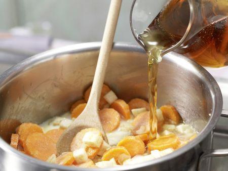 Möhrensuppe mit Pfannkuchenwürfeln: Zubereitungsschritt 4