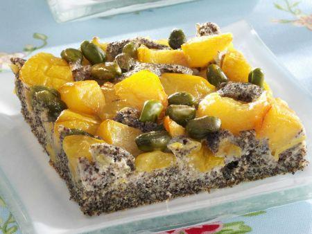 Mohnkuchen mit Mirabellen und Pistazien