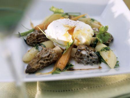 Morchel-Karotten-Ragout mit verlorenem Ei