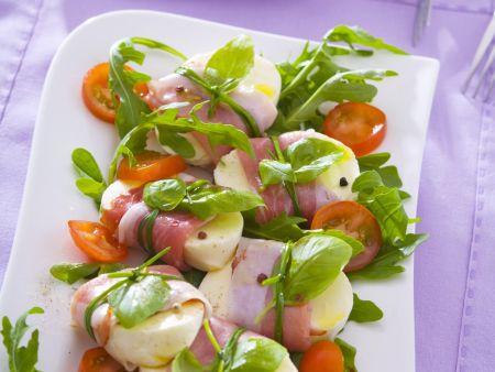 Mozzarella im Parmaschinken-Mantel mit Tomaten und Rauke