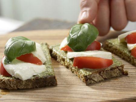 Mozzarellabrot mit Orangenschorle: Zubereitungsschritt 5
