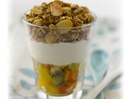 Müsli mit Fruchtsalat mit Joghurt