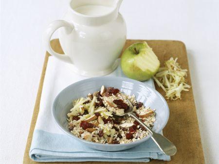 Müsli mit Trockenkirschen, Mandeln und Apfelraspeln