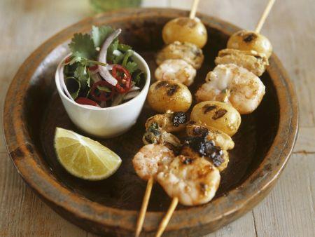 Muschel-Shrimps-Spieße mit Koriandersalat und Kartoffeln