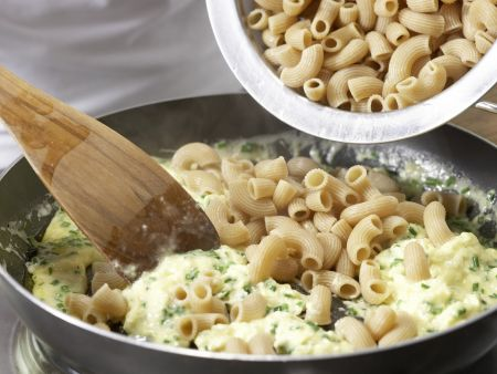 Nudel-Rührei mit Tomatensalat: Zubereitungsschritt 7