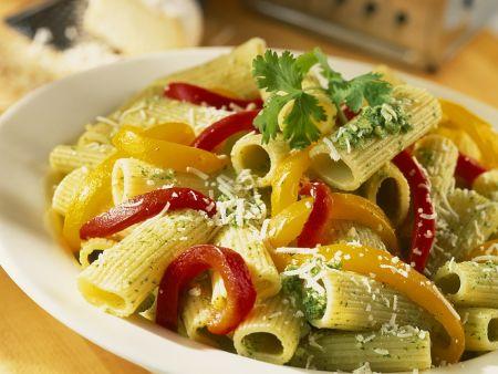 Nudeln in grünem Pesto mit Paprikaschoten