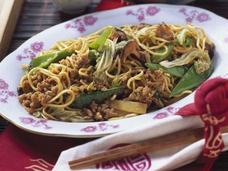 Nudeln mit Hackfleisch und Gemüse auf chinesische Art