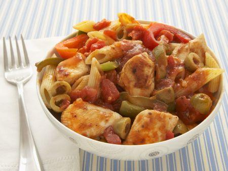 Nudeln mit Hähnchen-Tomaten-Soße und Paprika