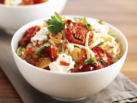 Nudeln mit Mozzarellan und Tomaten