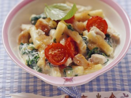 Nudeln mit Spinat, Tomaten und Hähnchenfleisch