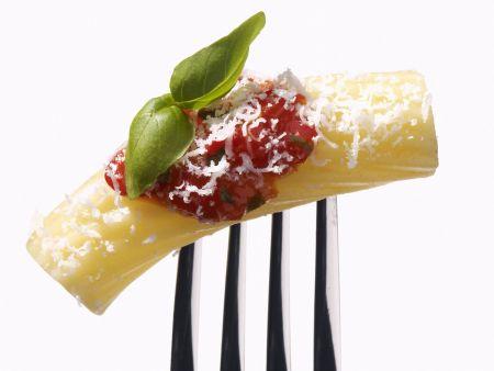Nudeln mit Tomatensoße und geriebenem Parmesan