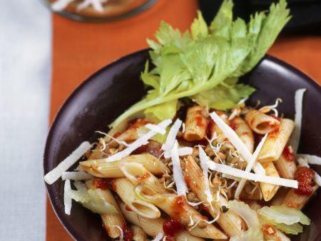 Nudeln mit Tomatensugo und Linsensprossen