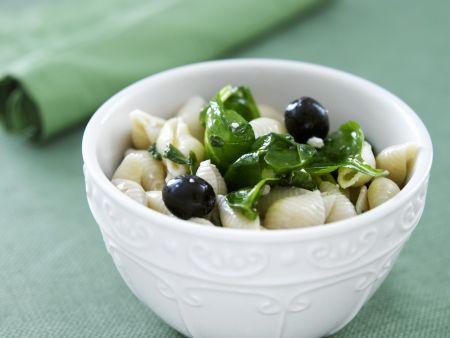 Nudelsalat auf griechische Art mit Spinat und Oliven