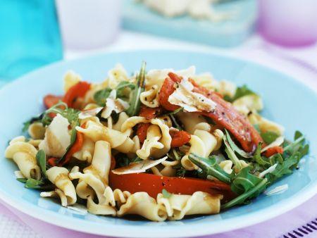 Nudelsalat auf mediterrane Art mit Paprika, Rucola und Parmesan