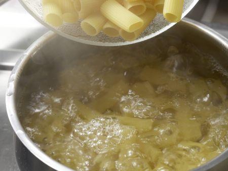 Nudelsalat mit Cabanossi: Zubereitungsschritt 1