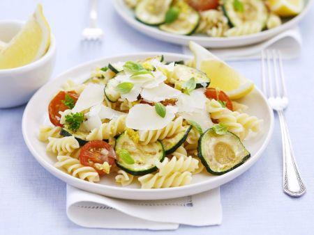 Nudelsalat mit Gemüse und Parmesan