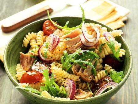 Nudelsalat mit Thunfisch, Rucola, Zwiebeln und Tomaten