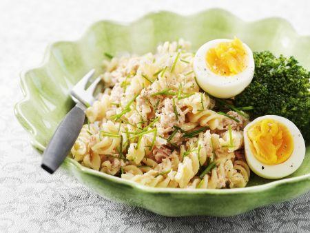 Nudelsalat mit Thunfisch und gekochtem Ei