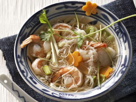 Nudelsuppe auf asiatische Art mit Shrimps und Lychees