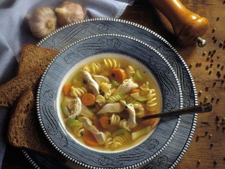 Nudelsuppe mit Gemüse und Hähnchen