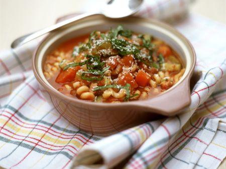 Nudelsuppe mit Gemüse und Speck