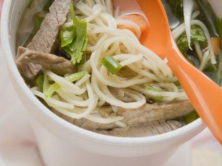 Nudelsuppe mit Rindfleisch auf asiatische Art