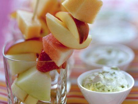 Obstspieße mit cremigem Pistaziendip