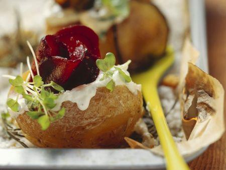 Ofenkartoffel mit Schmand, Gemüse und frischen Kräutern