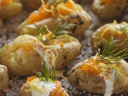 Ofenkartoffeln in Salz gebacken mit saurer Sahne und Kaviar
