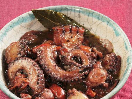 Oktopusragout mit Zwiebeln und Rotwein