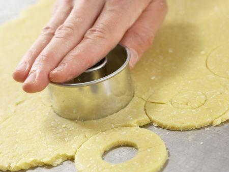 Orangenblätter, Nugatstreifen und Kokosringe: Zubereitungsschritt 10