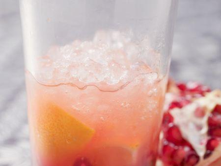 Orangendrink mit Granatapfel