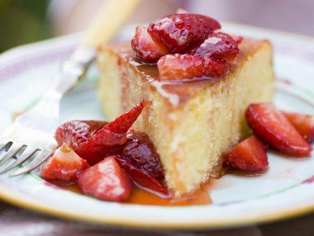 Orangenkuchen mit Erdbeersoße