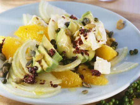 Orangensalat mit Avocado, Kürbiskernen und grünem Pfeffer