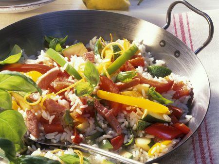Paella mit Gemüse, Schinken und Basilikum