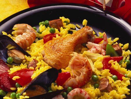 Paella mit verschiedenem Fleisch, scharfer Wurst und Meeresfrüchten