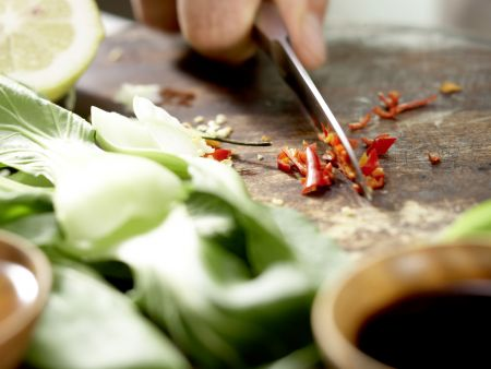 Paksoi aus der Pfanne: Zubereitungsschritt 2