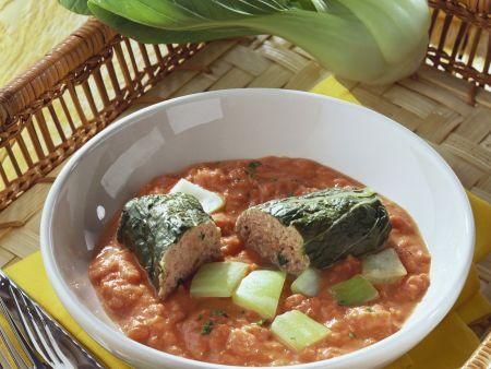 Paksoi-Rouladen mit Fleischfüllung und Tomatensoße