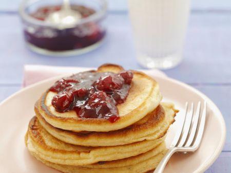 Pancakes mit Buttermilch und Kirschkonfitüre