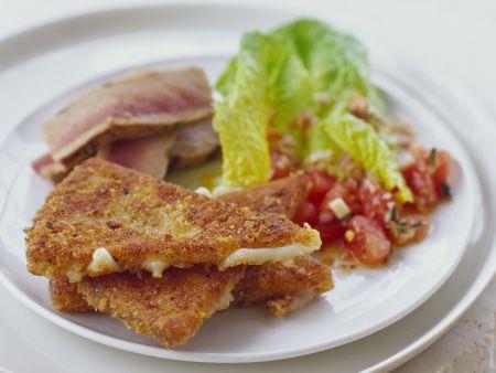Panierte Käseschnitten mit Tomatensalat