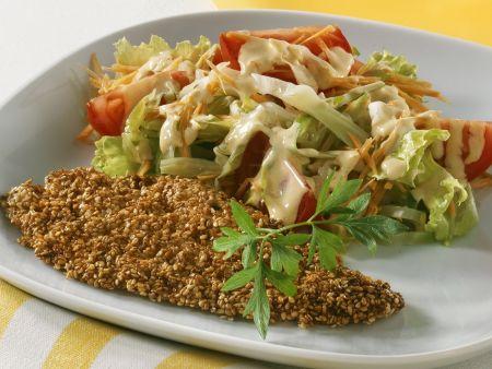 Panierte Sesamscholle mit Salat