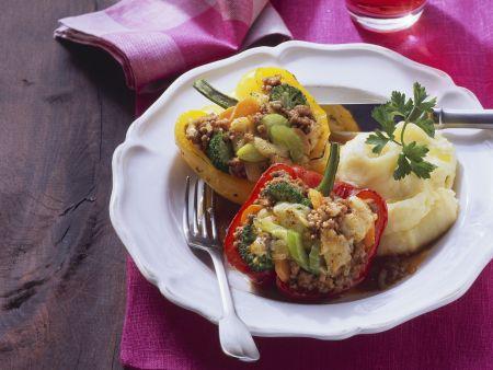 Paprika mit Hack-Gemüse-Füllung