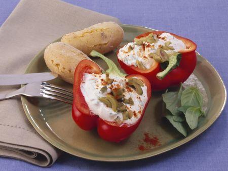 Paprika mit Olivenquark gefüllt dazu Pellkartoffeln