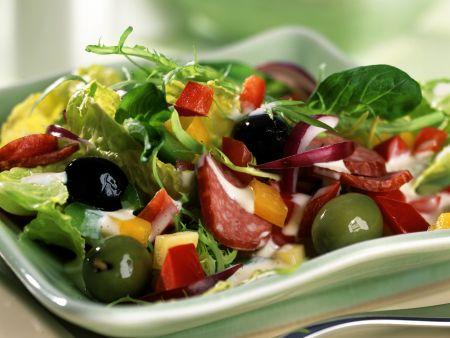 Paprika-Oliven-Salat mit Cabanossi und Kräutercreme