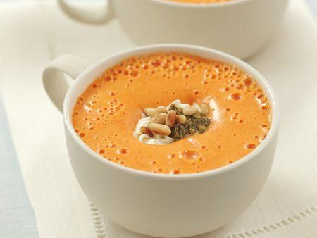 Paprikacremesuppe mit Schmand und Pesto