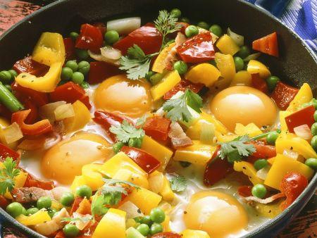 Paprikapfanne mit Erbsen und Ei