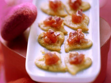 Parmesan-Herzkekse mit Tomatensalsa