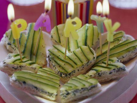 Partyhäppchen: Weißbrotherzen mit Frischkäse und Gurke